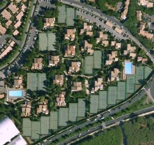 big sale 72d37 3d7bb Dans un écrin de verdure, les appartements sont répartis par petits îlots d un  étage, autour d un cheminement ...